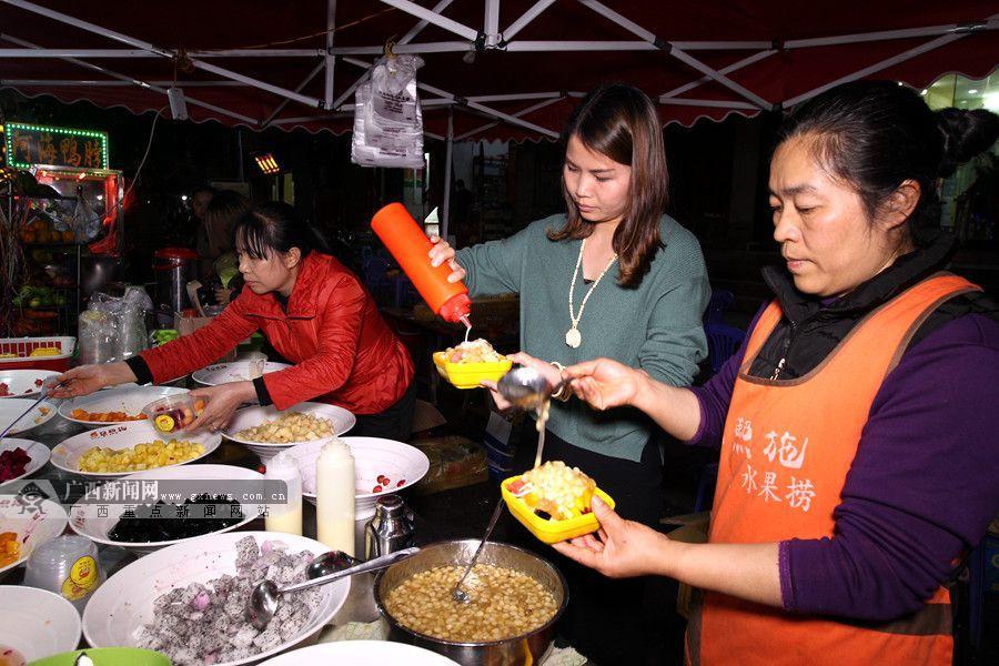 这家水果捞一天能卖出好几百碗.广西新闻网记者 邓昶摄