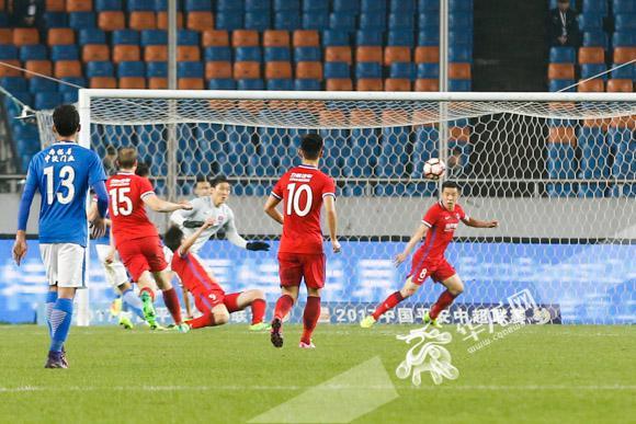 全场第二个球,重庆当代力帆0:2落后河南建业.记者 石涛 摄-快讯