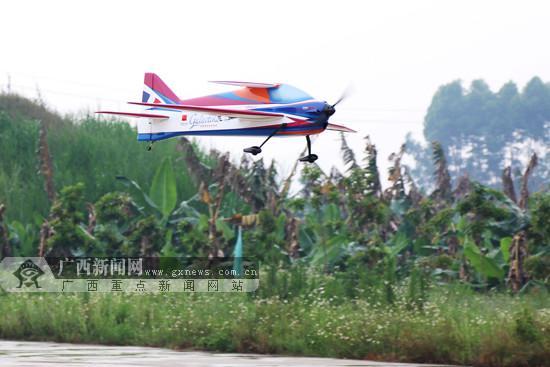 航模飞机完成比赛返回地面