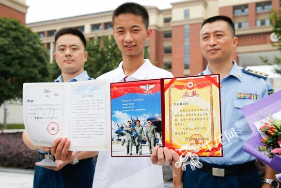 李成林同学收到录取通知书和喜报.记者 石涛 摄图片