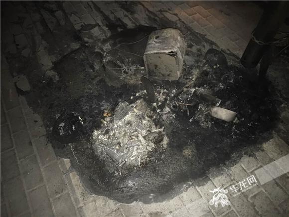 华龙网7月27日12时43分讯(记者 张勇)跟果皮、纸屑等杂物不一样,香烟不能抽完了就直接往垃圾桶里面扔。今(27)日,重庆市沙坪坝区一处公交站台的垃圾桶起了火。起火的原因,正是有人抽完香烟后直接将烟头扔在了垃圾桶里。 起火地点,位于重庆市沙坪坝区清溪路270公交站。凌晨1时30分许,当沙坪坝区110民警巡逻到该公交站时,发现站牌后冒出熊熊烈火。