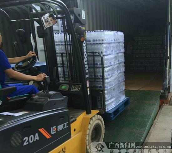 """标志着广西首列巴马矿泉水外运集装箱班列正式开行,为巴马""""长寿水"""""""
