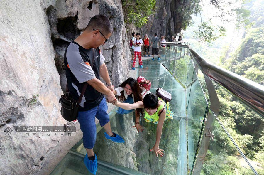 游客在石门仙湖景区玻璃栈道上游玩.广西新闻网通讯员 谭凯兴摄