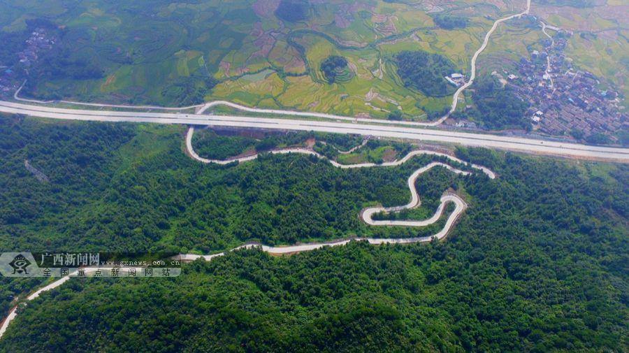 8月3日,笔者航拍柳州市融安县潭头乡西岸村的通村道路.