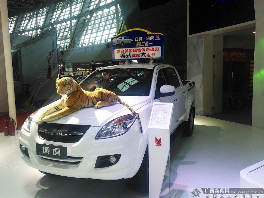 各种汽车萌宠动物和娃娃等惊现展台,给小观众们带来欢乐.