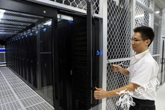 开发网上行政审批系统方便市民少跑路 为了更好地服务地方政府信息化建设,浪潮于今年在重庆设立了研发与交付中心,该中心已有人员近400人,包括云平台技术、大数据平台技术、人工智能和深度学习技术等多个领域的研发和项目实施、交付。 其中,电子政务事业部直属研发与交付中心,定位于为地方政府信息化建设服务,以重庆市为核心区域,辐射云、贵、川三省,业务范围涉及政务服务、行政审批、智能大厅、电子证照、信访、纪检监察、行政执法、投资项目、运营体系建设等多个领域。 浪潮开发的重庆市网上行政审批系统建设项目为全国直辖市中首个采