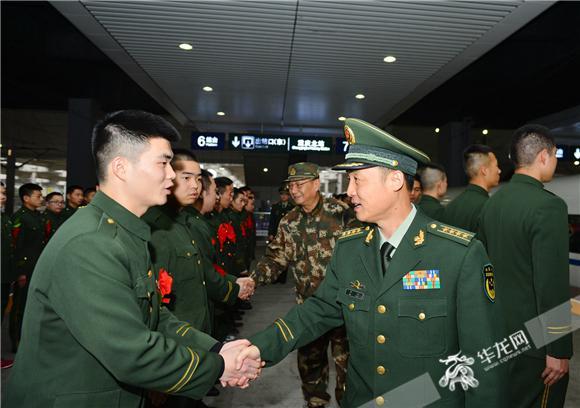 武警重庆总队欢送退伍老兵光荣返乡