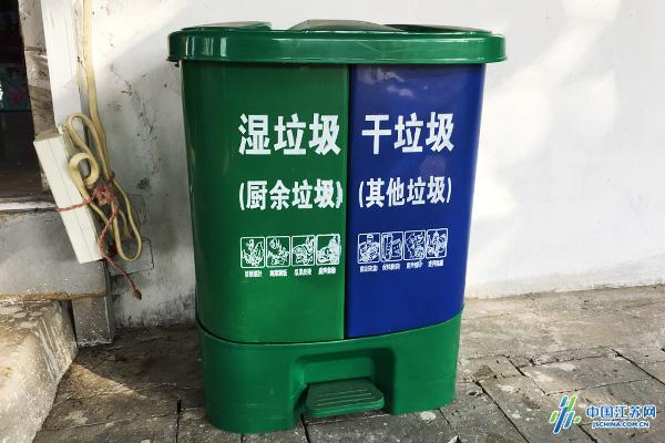 分类垃圾桶 社区工作人员介告诉记者,每户村民首先在源头按湿垃圾、干垃圾分成两类然后分别装入社区发放的垃圾桶中。保洁员每天下午3点至4点清运湿垃圾,次日早上7点半至8点半清运干垃圾,大件及有毒有害垃圾每周三清运一次,有需要的可电话预约时间上门清运。此外社区和城管执法人员会定期对农家乐的餐厨垃圾进行称重,记录台账,发现产运量不符的情况,会依据南京市餐厨废弃物管理办法进行查处,证据查实农家乐经营户将餐厨废弃物提供给未取得收运服务许可的单位和个人,或者放任其他单位和个人收运餐厨废弃物的,责令改正,拒不改正
