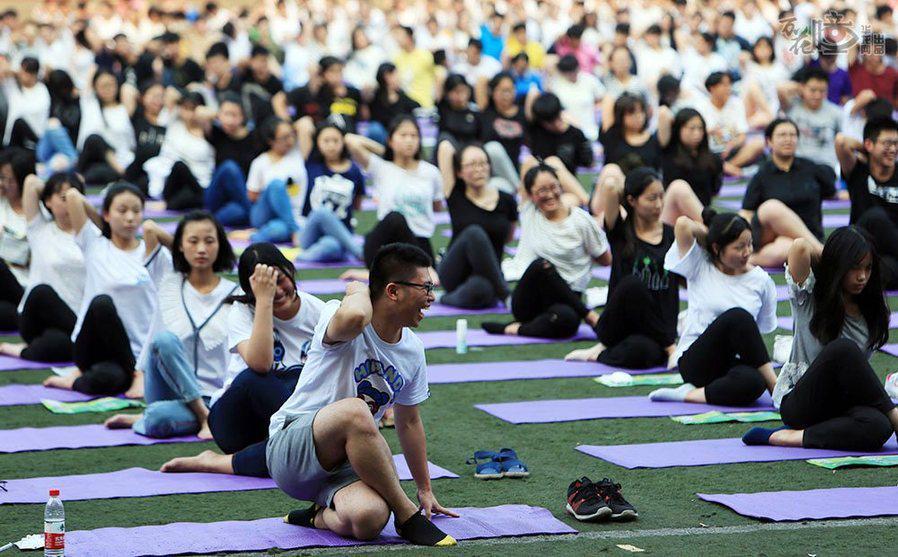 來臨前,高三學生通過集體練習瑜伽減壓.記者 李文科 攝圖片