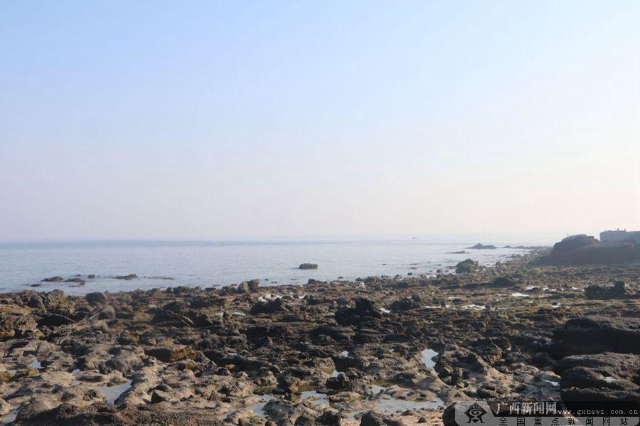 涠洲岛南湾鳄鱼山景区内的海蚀凹坑奇景,令人惊叹.