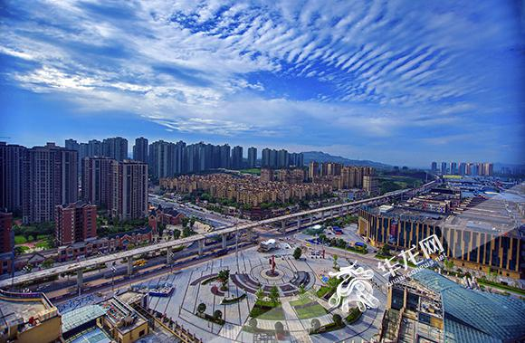 在党的十九大所描绘的新时代蓝图上,在重庆两点、两地大格局和大数据智能化大布局中,九龙坡已经确立打造中国首座人工智能城市这一成长坐标。简要描述,就是以人工智能为大脑、兼具自然之美人文之美、全面优于当期重庆城市形态、塑造标准独具特色不可复制的生命型城市。 谈及对于未来的建设,刘小强非常有信心,因为由于九龙坡区有着丰厚的工业基础,具备用智能化改造传统的条件;在城市空间上来看,九龙坡有很多城市改造更新的空间,可以将老工业城区和中梁山以西的初始开发城区做到很好的结合。 而且,九龙坡区和重庆高新区是不可分