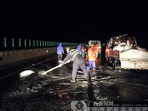 桂林灌阳高速路面结冰 多方出动确保道路畅通