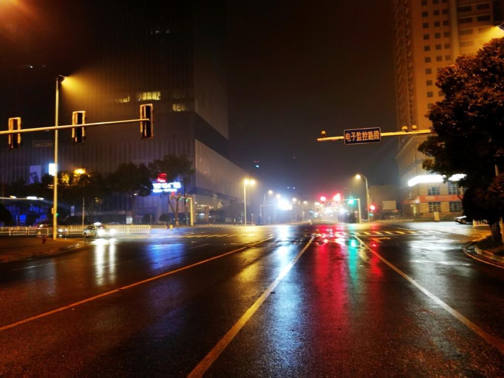 路灯,闪烁的交通灯,在街面上泛起了五颜六色的光芒.