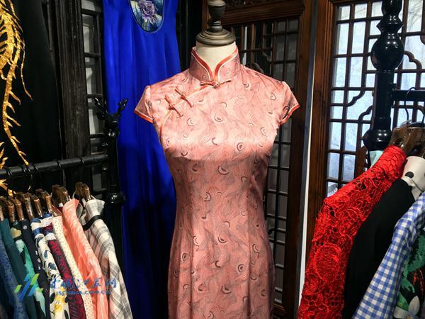 精美的荷言旗袍 的确,城市遗产的魅力让人神往,文化创意产品更令人身心愉悦。在平江路上,致力于中国传统文化传承与推广的荷言旗袍创始人周立言则以旗袍为载体,将苏州特有的丝绸、苏绣文化推广开来。旗袍是中国传统文化的体现,自古便深受女子的喜爱。我们用苏绣技艺缝制旗袍,赋予其江南水乡独特的魅力,正是对传统文化最好的传承。周立言说,如今,买上一件荷言旗袍,已经成为游览平江路的必选项目。我们的旗袍不仅国内畅销,更有国外游客争相抢购,穿衣在身,不正是对中国传统文化最好的宣传嘛。 传统文化的保护、传承既