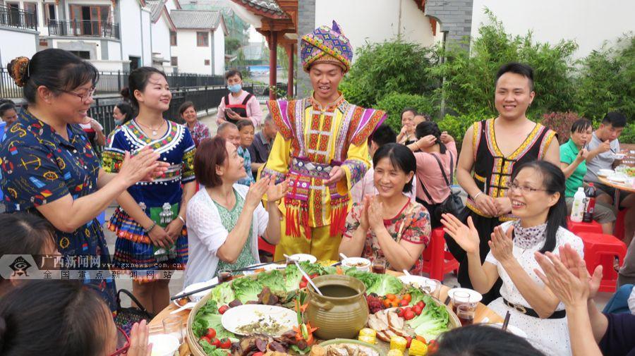 参加2018年百色市布洛陀民俗文化旅游节活动的八方游客,欢聚在田阳县