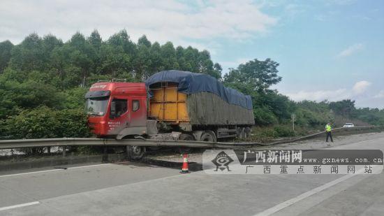 司机犯困 货车瞬间撞上高速路中央隔离护栏(图)