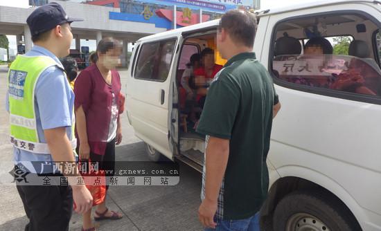核载6人面包车挤进13人 司机被扣6分罚200元(图)