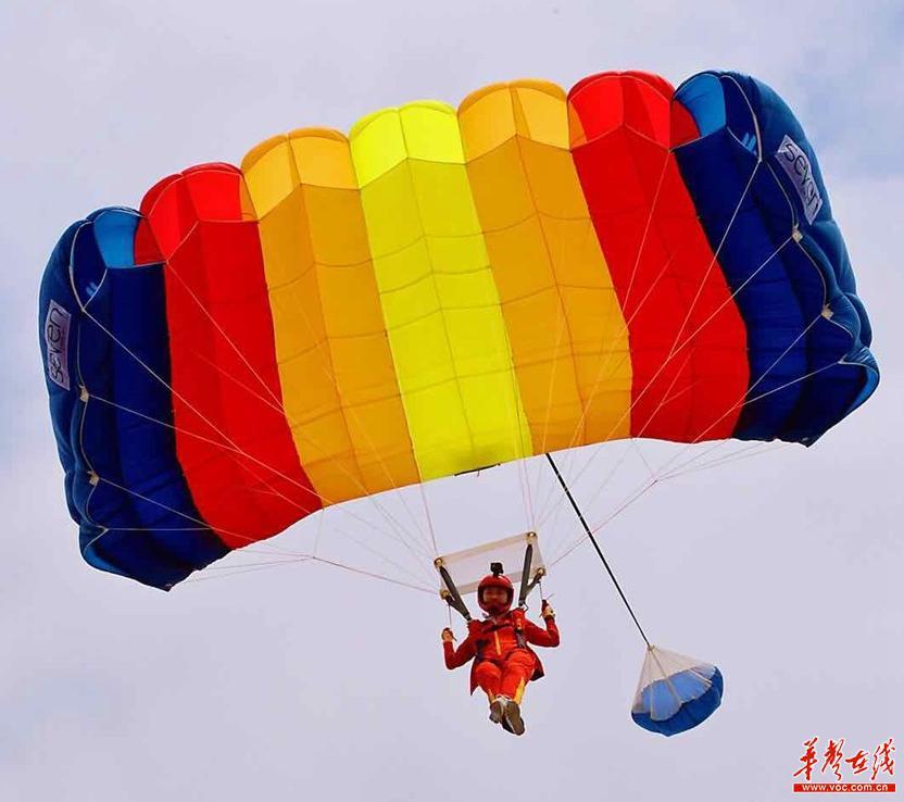 """破纪录!湖南""""女飞人""""株洲方特上空挑战300米低空跳伞"""