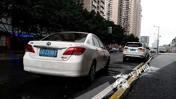 在记者蹲守的近40分钟内,有16辆出租车上下客,其中有3辆车是送人到洪崖洞游玩,随后马上又接人离开,没有拒载或盖住空车灯选客的行为发生。算下来,平均2分半钟便会搭到一辆车。 和其他地方不同的是,或许是景区里年轻游客更多的原因,常有乘客上车前会向司机询问是否可以手机付款,司机一般点头回应。 记者以要去冉家坝为由,上了一辆出租车,司机所行驶路线和导航所指基本一致,最终到达目的地用时29分钟,扫码付款31元。 记者追问》》 部分窗口位置出现拒载、绕道、强打组合成投诉重点 问题出在哪儿? 来自重庆交通行政执法总