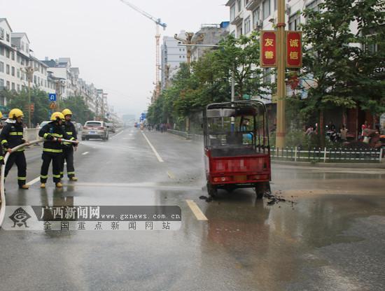 三轮摩托车行驶中突然起火 消防员5分钟扑灭(图)