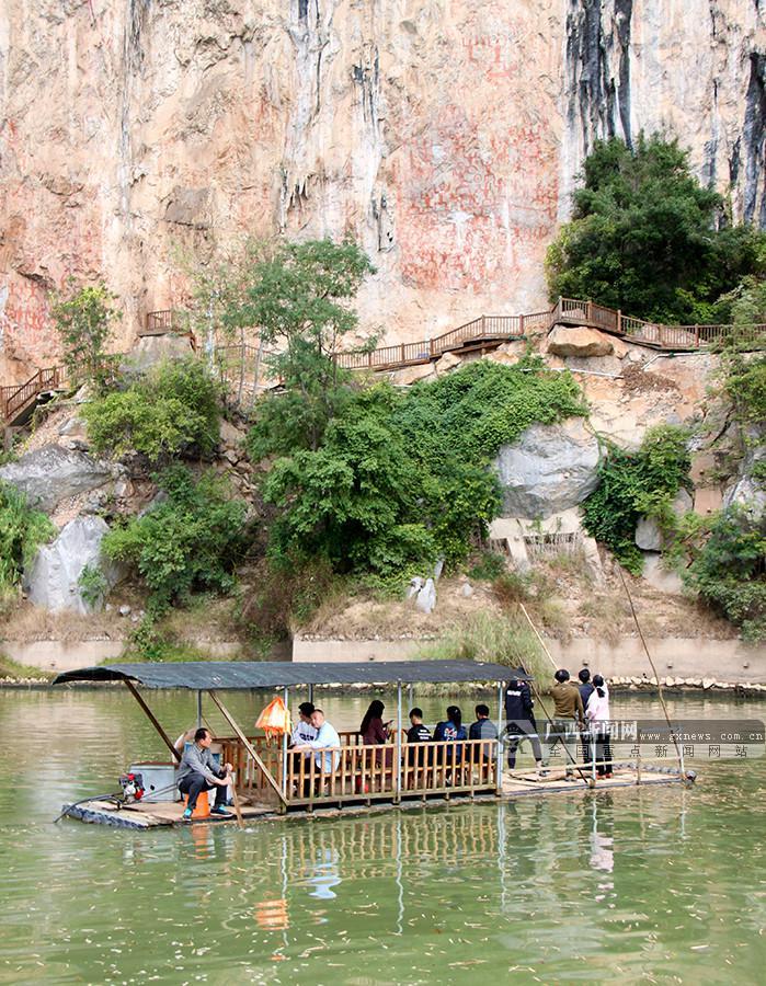 周贻刚)2月5日,来自全国各地的游客来到崇左宁明花山岩画文化景区游览