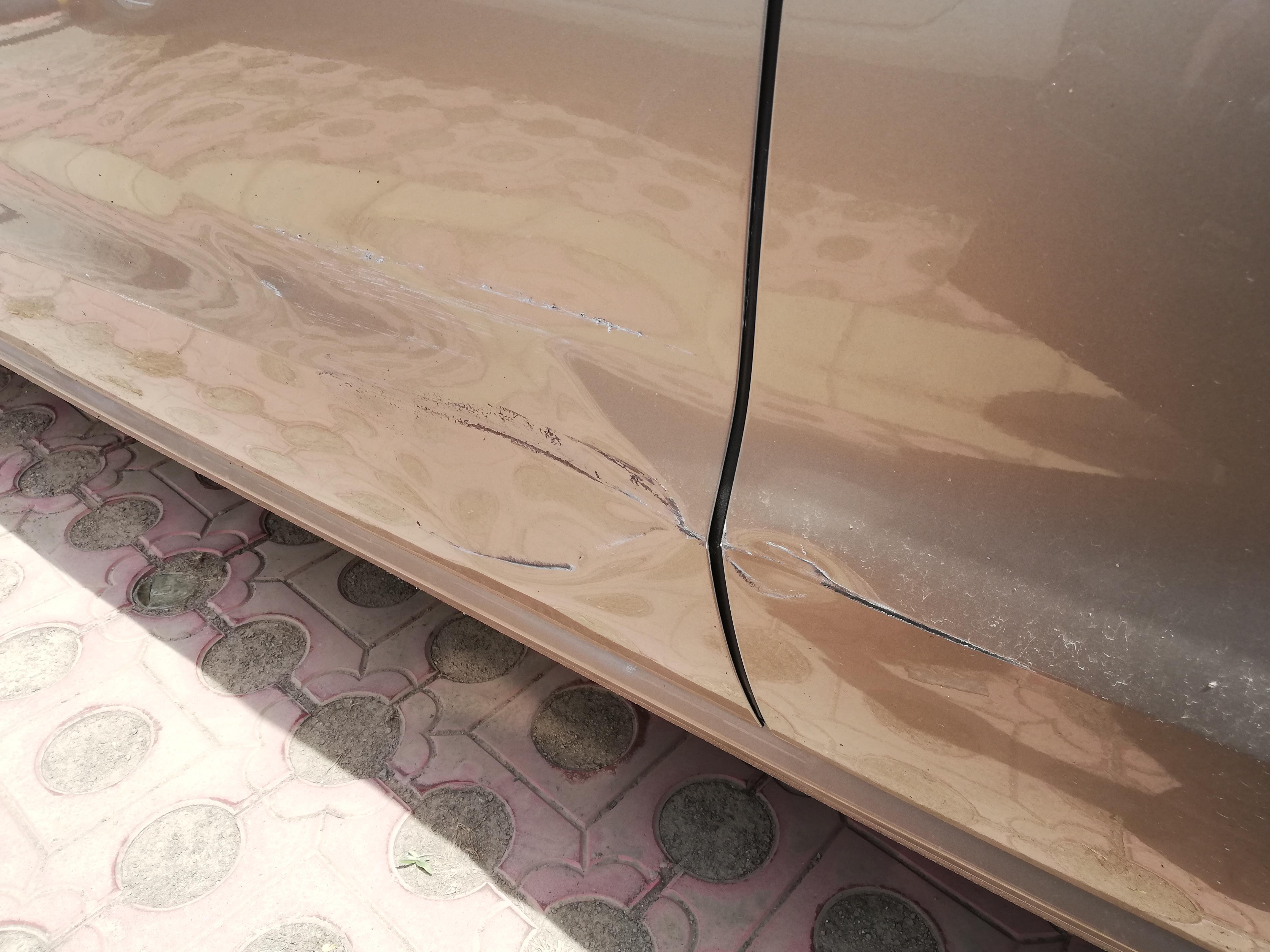 主驾驶门被撞痕迹明显