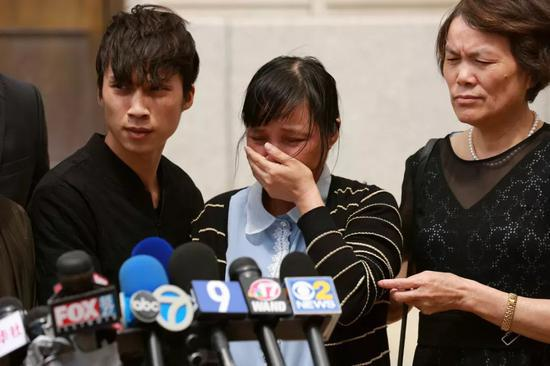 6月24日,章莹颖家人接受媒体采访。(图/新华社)
