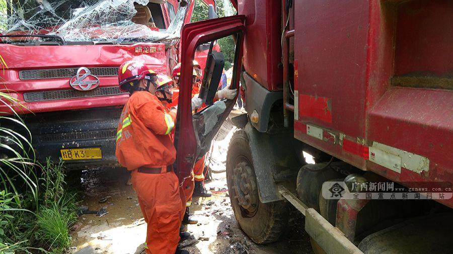 """两辆货车""""见面""""严重变形 消防告抢救出被困司机"""